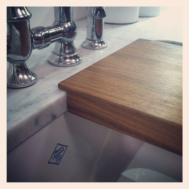 manomano mano mano the handy mano diy do it yourself projects DIY Over-the-Sink Chopping Board Small Kitchen Ideas