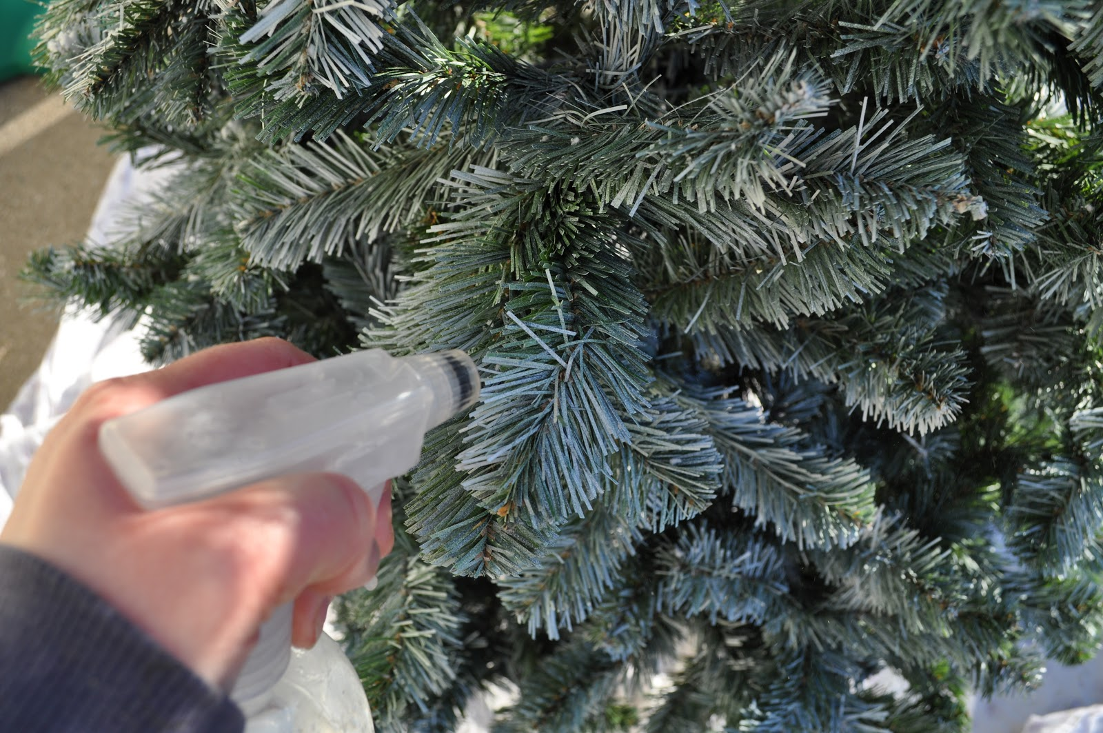 8 tips to make your tree last longer this christmas the handy mano 8 christmas tree tips everyone should know the handy mano manomano mano diy do it yourself solutioingenieria Choice Image