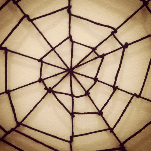 manomano mano mano the handy diy do it yourself 6 Easy Homemade Halloween Decorations easy projects kids spider web yarn wool how to