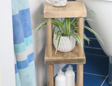 DIY bathroom shelf design
