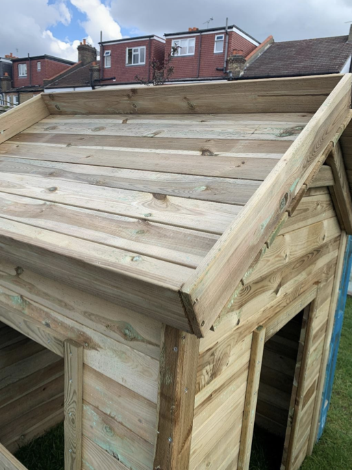 Roof planter for the DIY playhouse