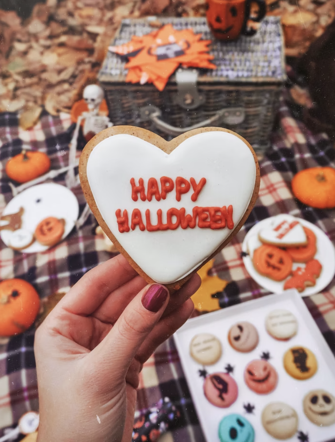 Decorating a halloween party: sweet treats